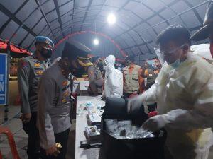 Bupati Pesawaran Dendi Ramadhona bersama Kapolres AKBP  Vero Aria Radmantyo saat memantau kesiapan Pos Penyekatan Arus Mudik di tugu Pengantin Kecamatan Gedong Tataan